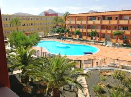 Apartment with 2 bedrooms in La Oliva with wonderful sea view shared pool furnished terrace 2 km from the beach, hotel en La Oliva