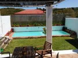 Villa with 2 bedrooms in San Roque with private pool furnished garden and WiFi 12 km from the beach, hotel en San Roque