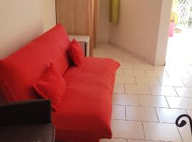 Studio in Fort-de-France, with enclosed garden and WiFi - 5 km from the beach, hôtel à Fort-de-France