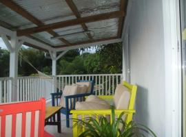 Studio in Fort-de-France, with wonderful sea view, furnished terrace and WiFi - 8 km from the beach, hôtel à Fort-de-France