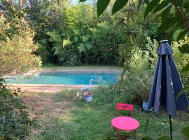 Chambre hôte à montfavet, hotel with pools in Avignon