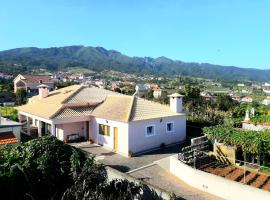 House with one bedroom in Santana, with wonderful mountain view, furnished garden and WiFi - 5 km from the beach, hotel in Santana