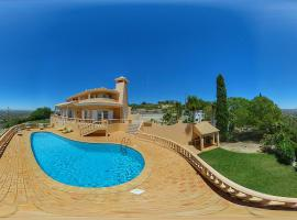 House with 4 bedrooms in Loule with wonderful sea view private pool enclosed garden 12 km from the beach, hotel en Loulé