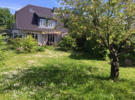 Ferienhaus mit verwunschenem Garten in Bergen auf Rügen, Hotel in der Nähe von: Bahnhof Bergen auf Rügen, Bergen auf Rügen