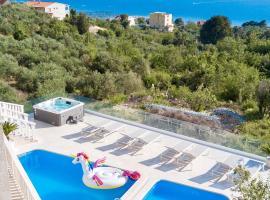 Villa Hills, hotel with jacuzzis in Makarska