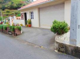 House with 2 bedrooms in Machico with WiFi 4 km from the beach, hotel en Machico