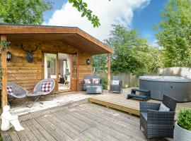 The Log Cabin with private hot tub, Bath, pet-friendly hotel in Bath