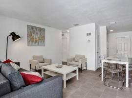 #1: Beautiful 2BR+1Bath + FREE PARKING + Outdoor living room, apartment in West Palm Beach