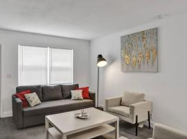 #3: Beautiful 2BR+1Bath + FREE PARKING + Outdoor living room, apartment in West Palm Beach
