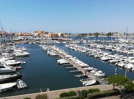 Studio cabine VUE PORT avec piscine, parc, boulodrome et parking privé, beach hotel in Cap d'Agde