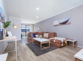 Coastal convenience! Walk to the shops & cafes..., pet-friendly hotel in Perth