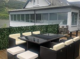 Amazing Alps and Loch view - HOT TUB FROM MAY 2021, hotel in Arrochar