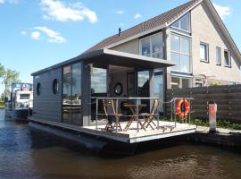 Bed-on-a-Boat, hotel in Giethoorn