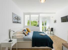 Studio Apartment TINA, hotel in Split