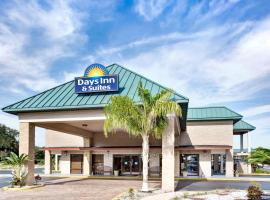 Days Inn & Suites by Wyndham Davenport, golf hotel in Davenport