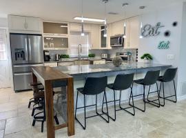 Modern Coastal Home near Siesta Key and Downtown, villa in Sarasota