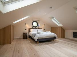 Luxury Coach house next to woodland in Knutsford, hotel in Knutsford
