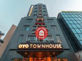 Vaccinated Staff - OYO Townhouse 1 Hotel Salemba, hotel in Jakarta