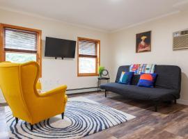 Cozy Modern Home w/ Balcony - 14 min to Manhattan
