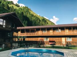 Usadba Zorkinykh, hotel with pools in Manzherok