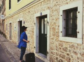 River-view studio perfect for travelers, apartment in Metković