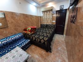 Posh south delhi foreigners area, very safe, complete kitchen with gas and utensils, free wifi with android tvs, cream location, apartment in New Delhi