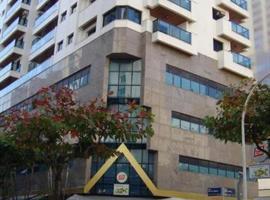 Lindo Flat-Capitania Varam, Apartamento a 100 metros da praia ,Rua Rio de Janeiro x Mario Ribeiro 886 apto143 , B3, hotel with jacuzzis in Guarujá
