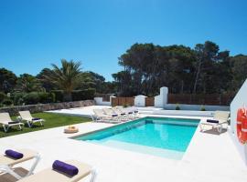 Cala Morell Villa Sleeps 9 Pool Air Con WiFi, hotel en Cala Morell