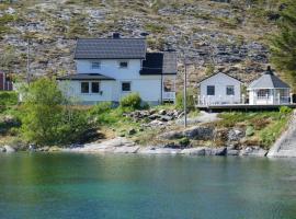Seafront Holiday Home in Møllvågen, close to Reine, Lofoten, Ferienhaus in Sund