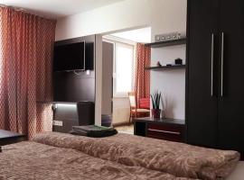 Szoba konyha lakas, hotel in Komárno