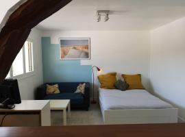 Grand studio pour amoureux de la nature, hotel in Fontainebleau