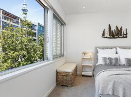 Bright and spacious Viaduct living with carpark, hotel in Auckland