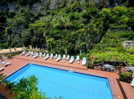 Ravello Villa Sleeps 2 Pool Air Con, villa in Ravello