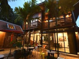 The Eight Ratvithi House, hotel in Chiang Mai