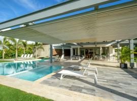 Private & Luxury Villa with Pool, Jacuzzi, Golf Cart and Chef, luxury hotel in La Romana
