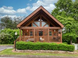 Wild West: Pin Oak Resort Cabin in the Heart of Pigeon Forge, Hot Tub and Resort Pool!, vacation rental in Pigeon Forge