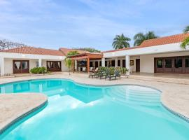 Cozy Villa with Pool, Jacuzzi, Golf Cart & Staff, hotel with jacuzzis in La Romana