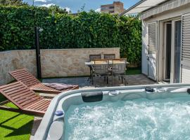 Apartment Pebbles - With Jacuzzi, hotel with jacuzzis in Split