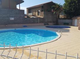 Collioure, très bel appart à 150 m des plages, parking gratuit, piscine,tennis, hotel with pools in Collioure