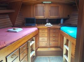Magnifique voilier au mouillage à Porquerolles !, boat in Porquerolles