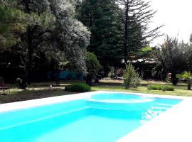 """Casa Rural entre Bodegas y Viñedos ' El Jarillal"""", hotel in La Consulta"""