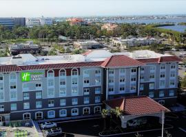 Holiday Inn Express & Suites - St. Petersburg - Madeira Beach, hotel near Treasure Island Golf Tennis Recreation Center, St Petersburg