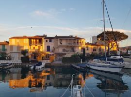 Insolite, séjournez à quai au cœur de la Venise française, boat in Grimaud