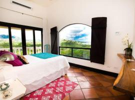 Great Designed Ocean and Mountain view Condo Tres Vista, hotel in Playa Flamingo