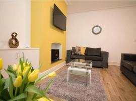 -Reduced Price- Modern 3 bed Terraced House, Free Parking, Manchester, Up to 7 guests, hotel near Palace Night Club, Manchester