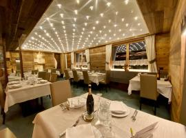 Hotel Laurino, hotel near QC Terme Dolomiti, Pozza di Fassa