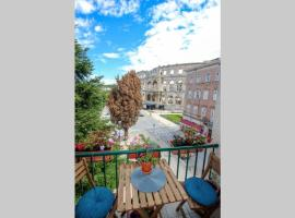 Artistic luxury flat with Colosseum view, luxury hotel in Pula