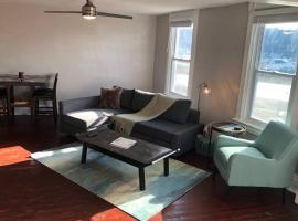 P.H. Province 2BR Apartment, apartment in Pittsburgh