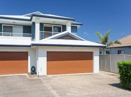 Relax at Pacific', 1/26 Pacific Avenue - private duplex with enclosed yard, hotel in Anna Bay