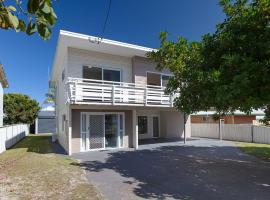 'SeaHaven', 2 Richardson Ave - Large home with Aircon, Smart TV, WIFI, Netflix & Boat Parking, hotel in Anna Bay